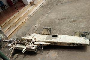 Quảng Bình: Ngư dân bàn giao vật thể nghi bộ phận máy bay