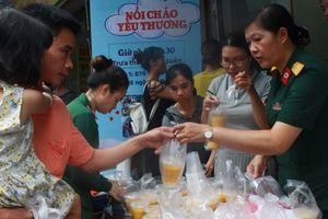 Cháy lớn gần Bệnh viện Nhi Trung ương: Những chuyến hàng từ thiện ấm lòng người trong cơn hoạn nạn