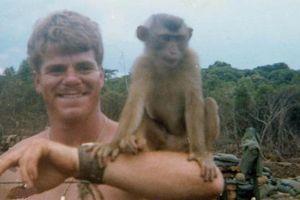 Ảnh độc: Lính Mỹ nuôi khỉ như thú cưng thời chiến tranh Việt Nam