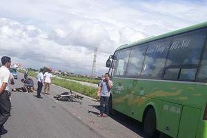 Chạy xe máy đâm trực diện vào xe khách, 2 thanh niên tử vong tại chỗ