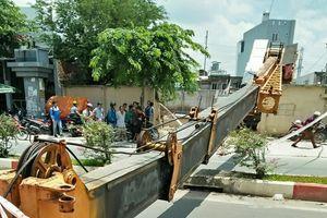 TP Hồ Chí Minh: Cần cẩu đổ sập trên đại lộ Phạm Văn Đồng, nhiều người thoát chết