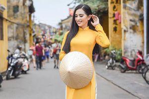 Hoa hậu Tiểu Vy đẹp rạng rỡ với áo dài trên phố cổ Hội An