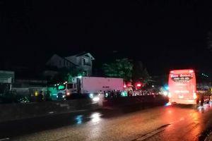 Sang đường vẫy taxi, người đàn ông bị xe tải tông tử vong