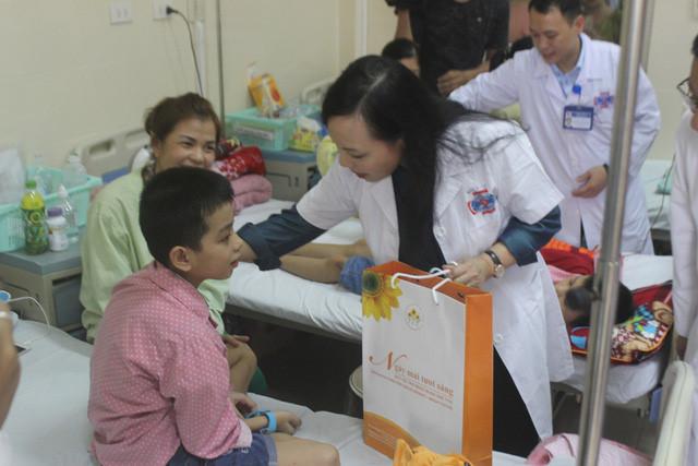 Bộ trưởng Y tế trao quà Trung thu cho bệnh nhân ung thư