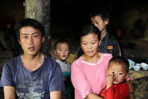 Những đứa trẻ ở Lào Cai thay bố mẹ chăm cả đàn em