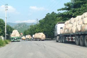 Đoàn xe chở quá tải nghênh ngang trên đường, CSGT làm ngơ?