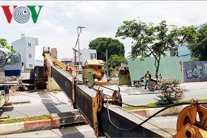 Người dân ở TP HCM thót tim vì cần cẩu 30m đổ sập ngang đường
