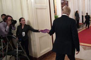 Phóng viên trao tài liệu bí ẩn cho Tổng thống Donald Trump