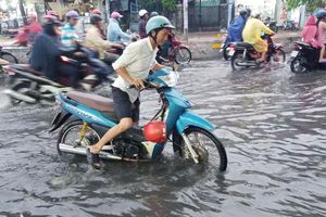 Nhiều tuyến Sài Gòn ngập sâu sau mưa lớn
