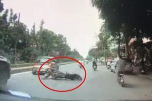 Bị xe hàng lấn, hai người té xe máy va đầu vào taxi bên cạnh