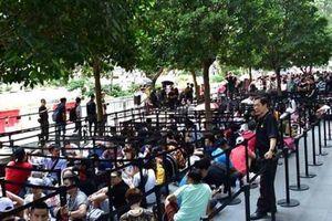 Nhiều người Việt xếp hàng mua iPhone chỉ để kiếm lời tại chỗ