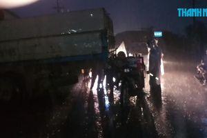 Tông vào xe tải đang lùi, tài xế xe lôi chết tại chỗ