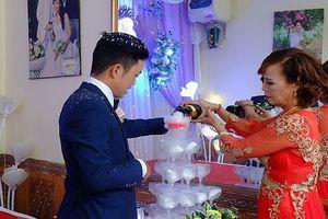 Chuyện lạ trong đám cưới cô dâu 61 tuổi, chú rể 26 tuổi