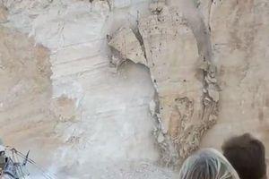 Clip: Vách đá đổ ập xuống đầu người đi biển ở Hy Lạp