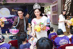 Hoa hậu Tiểu Vy mang Trung thu tới trẻ em tàn tật, mồ côi