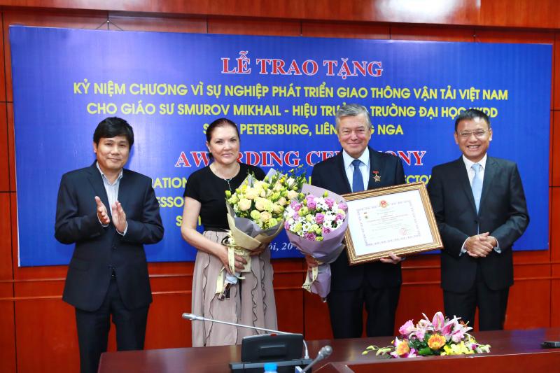 Một giáo sư Nga được trao Kỷ niệm chương của ngành GTVT