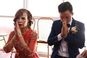 Chú rể 26 tuổi khá căng thẳng bên cạnh cô dâu 61 tuổi trong lễ cưới chính thức