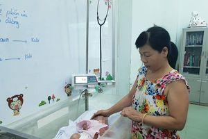 Cứu sống bé sơ sinh bị nhiễm trùng nặng bằng nước muối và đặt máy áp lực âm