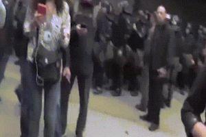 Nữ phóng viên 'thân Nga' bị ném trứng, đánh vào mặt trên sóng TV Ukraine