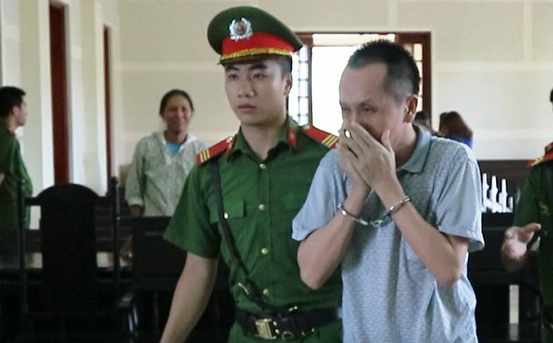 Thầy giáo ôm mặt khóc sau khi bị tuyên án tử hình