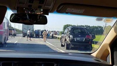 Kính xe vỡ vụn nơi tài xế Lexus bị tông tử vong trên cao tốc