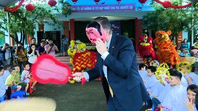 Lạ lẫm hình ảnh Đại sứ Hoa Kỳ đóng chú Tễu, vẽ mặt nạ Trung thu cùng trẻ em Việt Nam