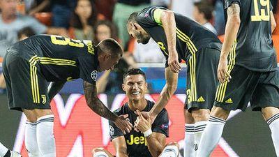 Sau thẻ đỏ của Ronaldo, HLV Allegri đòi Champions League áp dụng VAR