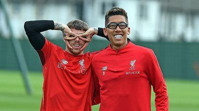 Firmino nhí nhảnh với cặp kính bảo vệ mắt trên sân tập