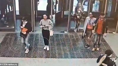 Video mải xem điện thoại di động, cô gái trẻ đâm vỡ cửa kính ga tàu điện