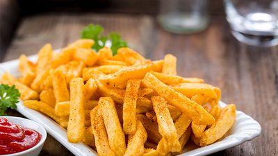 Món khoai tây chiên sẽ vàng thơm giòn rụm đúng chuẩn nhà hàng chỉ nhờ 4 mẹo vặt này