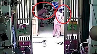 Clip: Có người ở nhà, cướp vẫn liều mạng xông vào giật đồ cúng