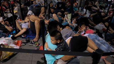 Người Việt qua đêm ngoài mưa chờ mua iPhone XS