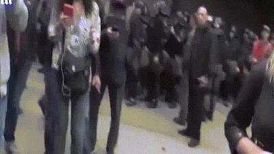 Nữ phóng viên bị ném trứng, đánh vào mặt trên sóng trực tiếp ở Ukraine
