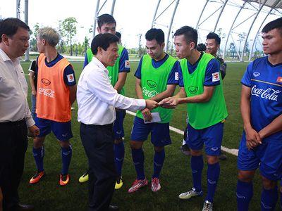 Bộ trưởng Bộ VH, TT&DL Nguyễn Ngọc Thiện không chỉ động viên tinh thần toàn đội Olympic Việt Nam bằng những lời chúc, mà còn tặng quà cho từng thành viên.