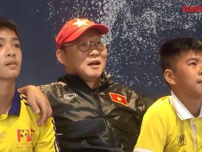 Không chỉ ngồi xem, HLV Park Hang Seo còn chỉ đạo các cầu thủ nhí thay người trong những trận đấu của trò chơi điện tử.