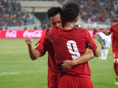 Sau bàn gỡ hòa của Văn Đức, đội tuyển Olympic Việt Nam giành chức vô địch giải Tứ hùng. Các cầu thủ có pha ăn mừng độc đáo kiểu Viking cùng người hâm mộ.