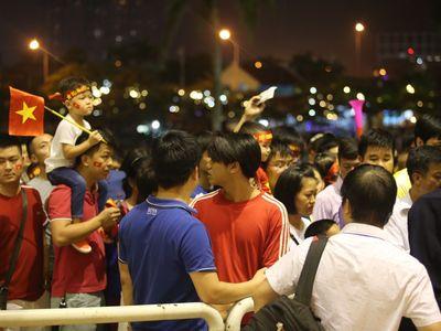 Khoảng gần 30 phút trước giờ bóng lăn, cổng soát vé tại khán đài B sân vận động Mỹ Đình đã xảy ra tình trạng hỗn loạn do sự chen lấn, xô đẩy của các cổ động viên.
