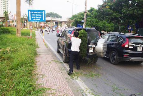 Ngac nhien Ford Everest dung cho co o Ha Noi - Anh 1