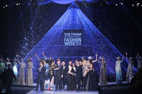 He lo san khau cua Vietnam International Fashion Week 2016 - Anh 4