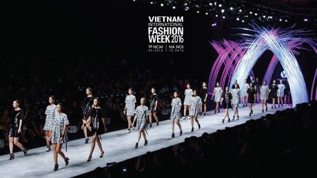 He lo san khau cua Vietnam International Fashion Week 2016 - Anh 5