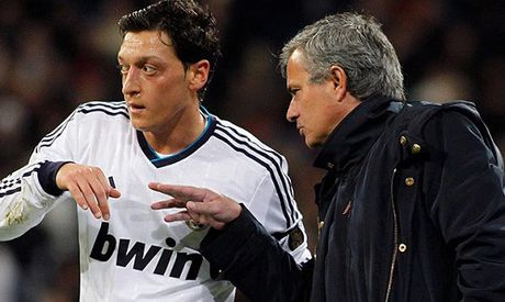 Mourinho dung muc luong khung de chao moi Ozil - Anh 1