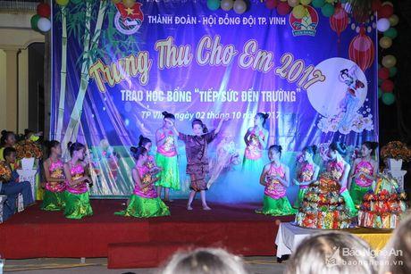 Gan 1000 thieu nhi xa Nghi Phu, TP Vinh duoc nhan qua Trung thu - Anh 4