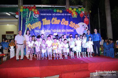 Gan 1000 thieu nhi xa Nghi Phu, TP Vinh duoc nhan qua Trung thu - Anh 5