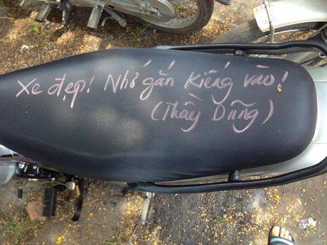 Thay giao viet phan len yen xe mong hoc sinh chap hanh luat giao thong - Anh 3
