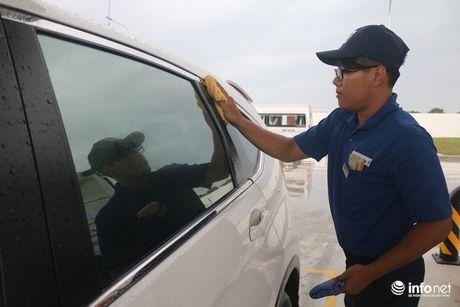 Tổng giám đốc cây xăng Nhật đội mưa nhiều giờ cúi gập người chào khách