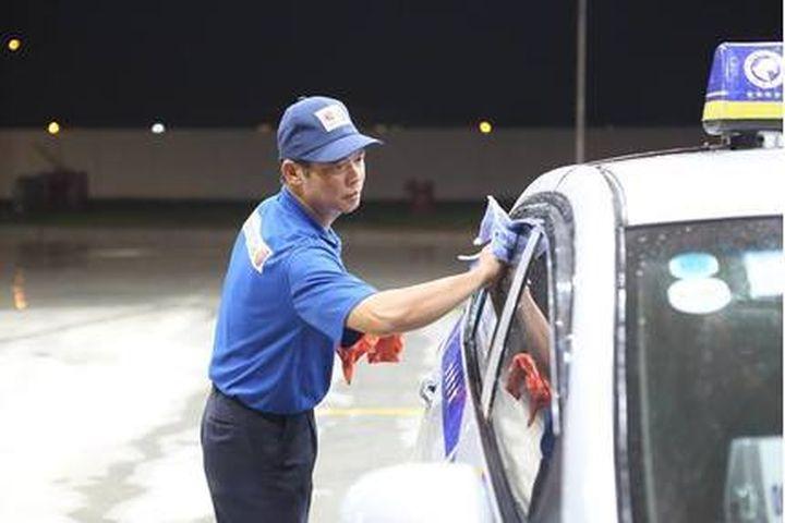 """Cây xăng """"chuẩn Nhật"""" ở Hà Nội lau kính ô tô cho khách có phải chỉ để """"làm màu""""?"""